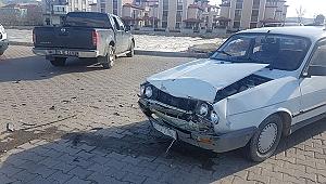 2 Otomobil Çarpıştı; 1 Yaralı