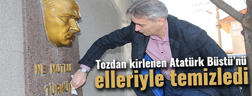 Şıktaşlı, tozdan kirlenen Atatürk Büstü'nü elleriyle temizledi