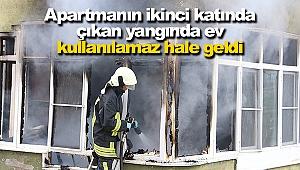 Apartmanın ikinci katında çıkan yangında ev kullanılamaz hale geldi