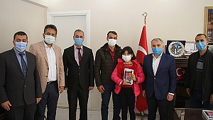 Kaymakam Kemal Duru, kitap özeti çıkarma yarışmasında dereceye giren öğrencileri ödüllendirdi
