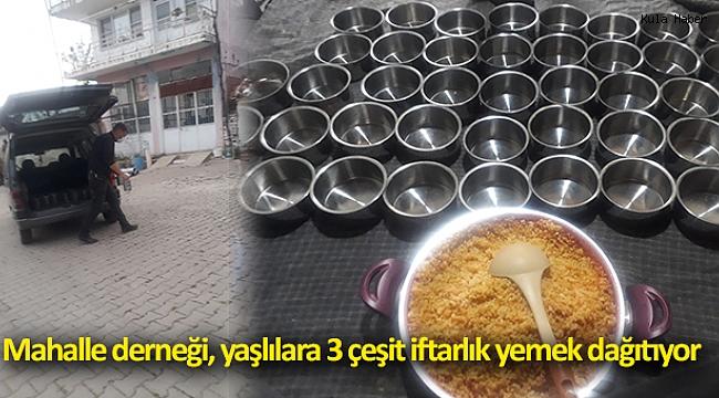 Mahalle derneği, yaşlılara 3 çeşit iftarlık yemek dağıtıyor