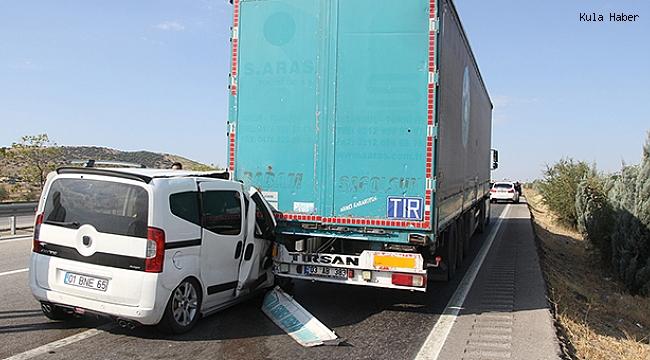 Hafif ticari otomobil tıra arkadan çarptı; 4 yaralı